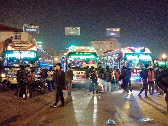 Đến 22 giờ ngày 31-12, tại bến xe Mỹ Đình vẫn còn nhiều người chưa lên được xe vì hết chỗ