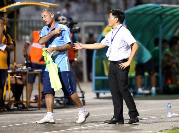 HLV Guiilaime và trưởng đoàn Nguyễn Tấn Anh sau trận đấu với Đồng Tháp