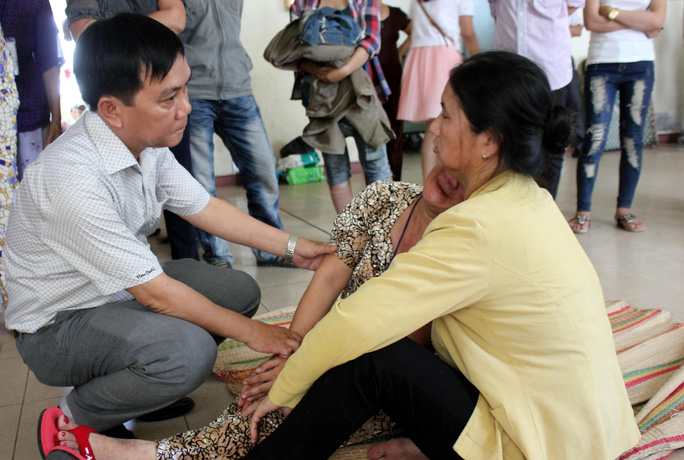 Giám đốc Sở Y tế Quảng Ngãi Nguyễn Tấn Đức động viên người nhà sản phụ tử vong