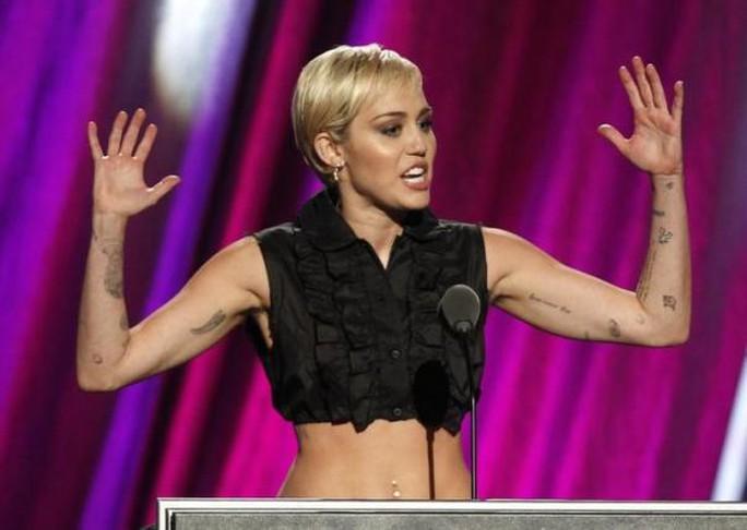 Dẫu thường gây sốc nhưng Miley là ca sĩ trẻ tích cực từ thiện