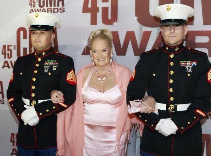 Nữ ca sĩ nhạc đồng quê Lynn Anderson (giữa), qua đời tuổi 67