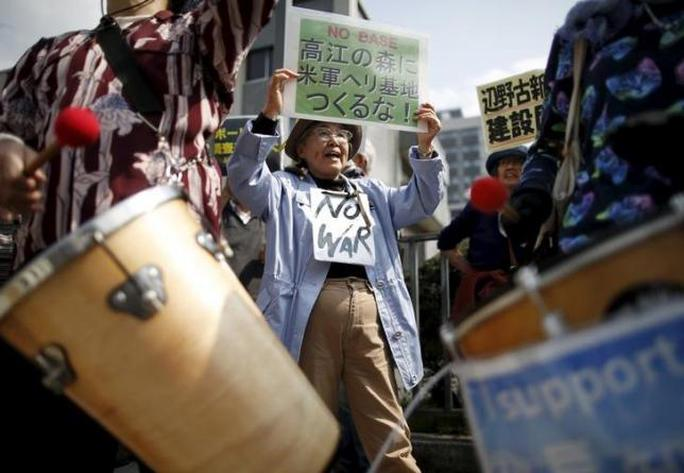Người dân ở đảo biểu tình phản đối di chuyển căn cứ không quân Mỹ. Ảnh: