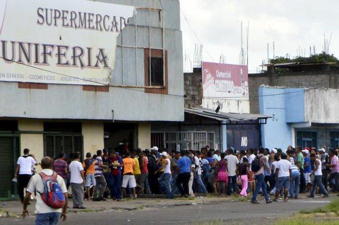 Hàng chục người cướp tập thể một siêu thị ở Venezuela ngày 31-7. Ảnh: Reuters