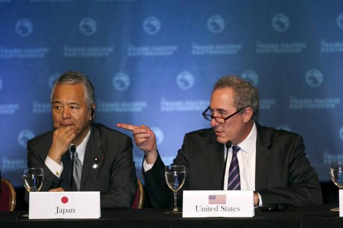 Bộ trưởng kinh tế Nhật Akira Amari và Đại diện thương mại Mỹ Michael Fromam tại bàn đàm phán. Ảnh: Reuters