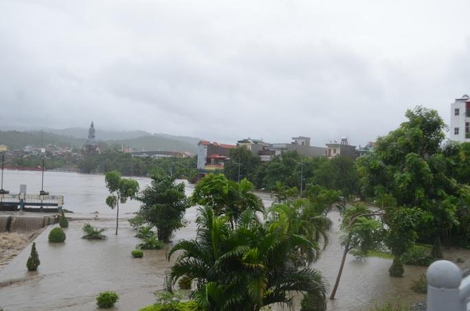 TP Uông Bí ngập sâu trong nước