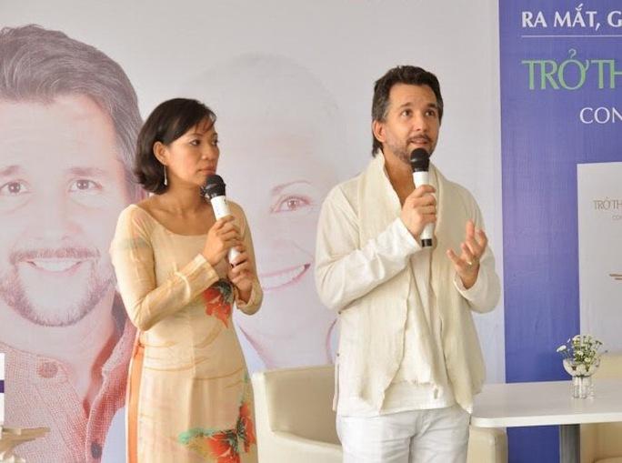 Kaya Muller diễn giải về ý nghĩa giấc mơ cho một số khán giả/độc giả tại buổi ra mắt sách