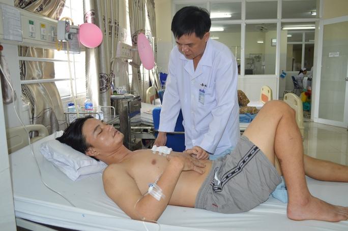 Hàng chục bác sĩ cứu sống bệnh nhân bị đâm thủng tim