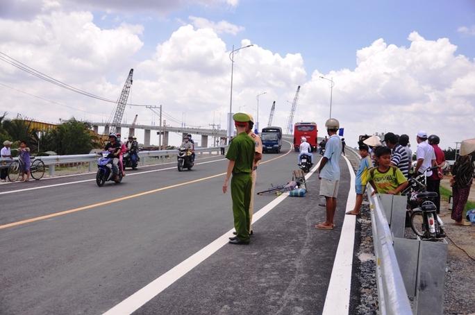 Hiện trường vụ tai nạn sau buổi lễ thông xe trên cầu Mỹ Lợi.