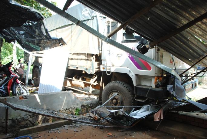 Xe tải cán nát 3 xe máy, tông sập 2 mái hiên nhà