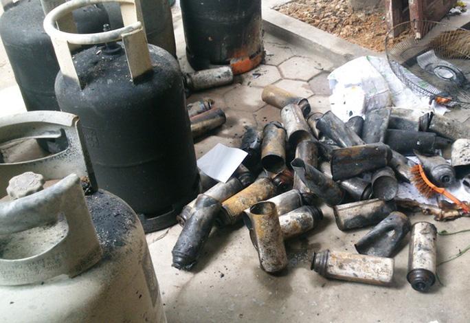 Hàng chục bình gas nhỏ bị vỡ trong khi nhiều bình gas loại 13 kg bị cháy xém
