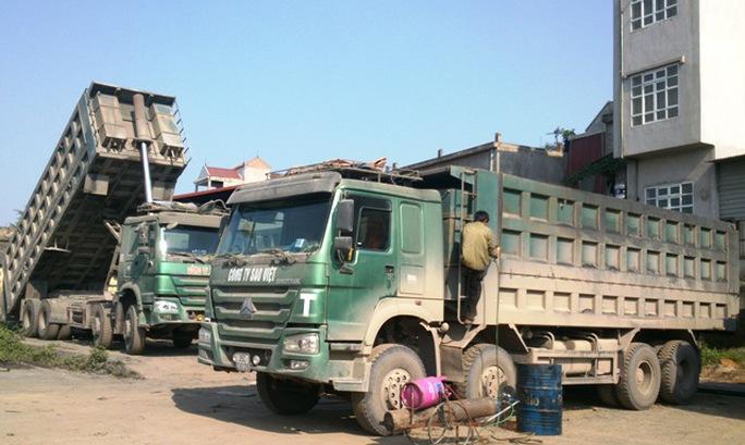 5 xe hổ vồ của Công ty Sao Việt đang bị lực lượng CSGT tiến hành cắt thùng vào chiều ngày 13-4