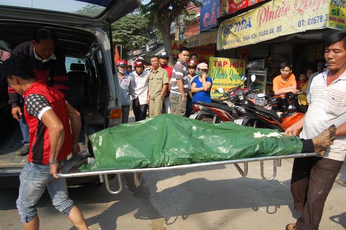 Thi thể nạn nhân được chuyển đi khám nghiệm