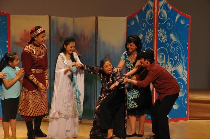 Nghệ sĩ Kiều Phượng Loan dạy nghề cho các nghệ sĩ trẻ trên sân khấu