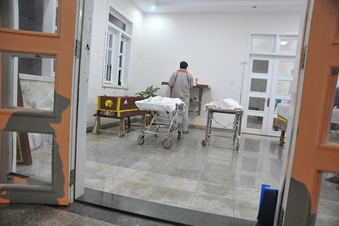 Thi thể của chị Thơm và cháu Vân tại nhà xác bệnh viện