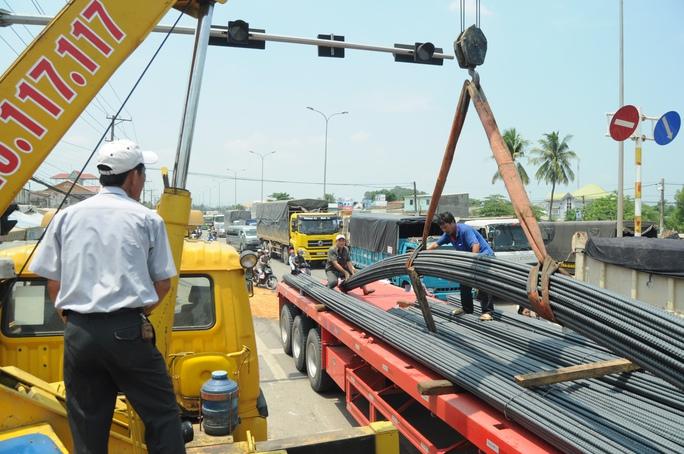 Xe cứu hộ nâng các cuộn thép, giải tỏa hiện trường