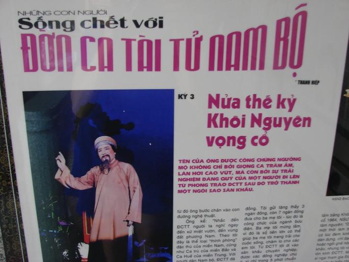 Những bài báo viết về NSƯT Minh Vương được trưng bày tại góc nhà ông