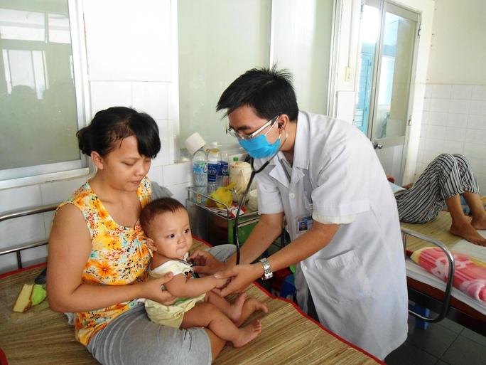 Khám cho một cháu bé tại khoa Nhiễm, BV Nhi đồng 1