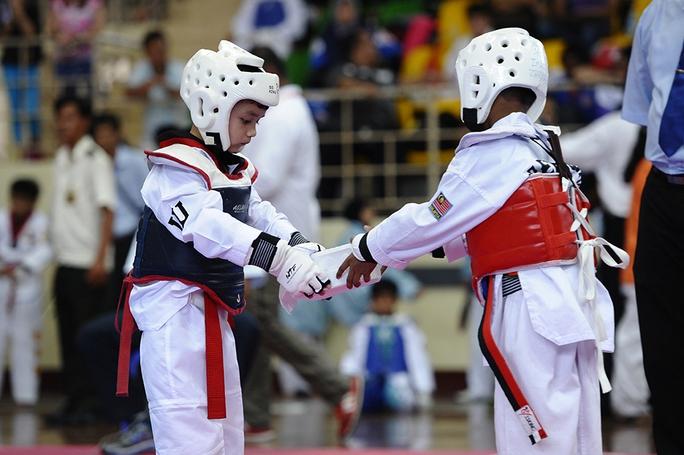 Hai võ sĩ nhí chào nhau trước trận đấu