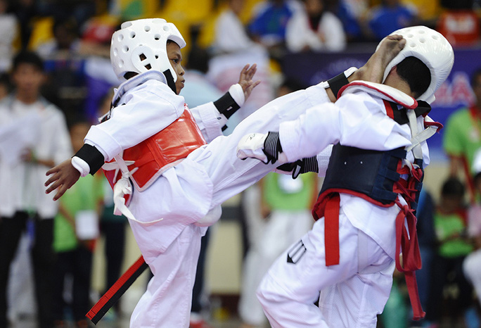 Có kỹ thuật tốt hơn, chàng võ sĩ nhí người Malaysia tung cú đá vòng cầu dính ngay mặt đối thủ