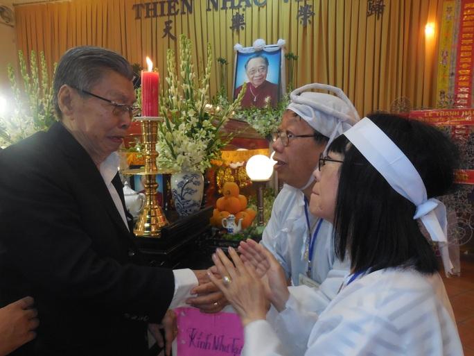 NSND đạo diễn Lê Dân bật khóc tại tang lễ