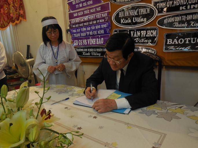Chủ tịch nước Trương Tấn Sang viết những dòng thương tiếc vào sổ lưu niệm
