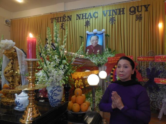 NSND Bạch Tuyết thắp hương tiễn biệt GS-TS Trần Văn Khê