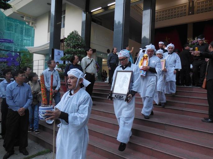 Các con cháu của cố nhạc sĩ Phan Huỳnh Điểu đau buồn đưa tiễn ông về nơi an nghỉ cuối cùng