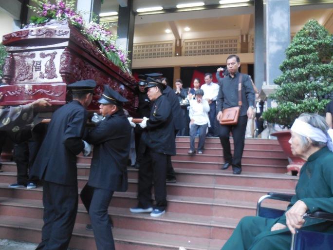 Bà Phạm Thị Vân đau xót nhìn quan tài cố nhạc sĩ Phan Huỳnh Điểu được đưa ra khỏi Nhà tang lễ TPHCM
