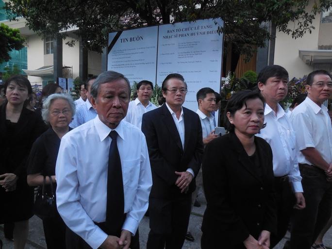 Nhạc sĩ Trần Long Ẩn và bà Thân Thị Thư - Trưởng Ban Tuyên giáo Thành ủy TPHCM tiễn đưa nhạc sĩ Phan Huỳnh Điểu về nơi an nghỉ cuối cùng