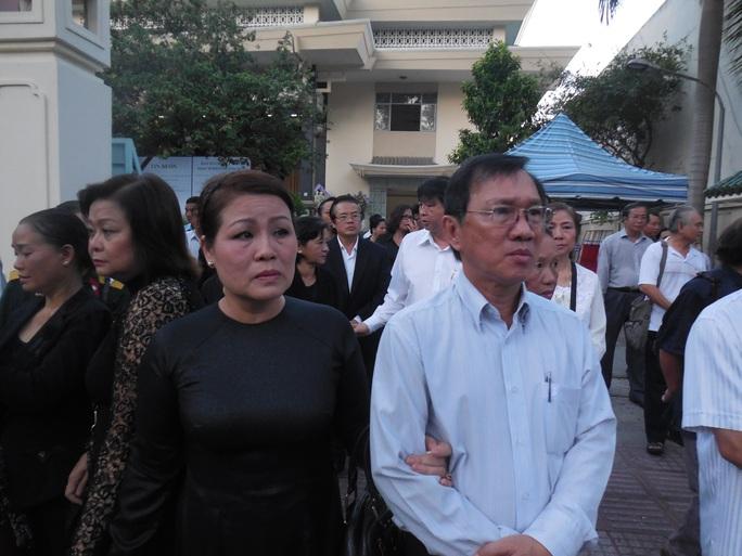 NSƯT Quỳnh Liên và nhạc sĩ Nguyễn Đức Trung lặng lẽ theo sau quan tài nhạc sĩ Phan Huỳnh Điểu
