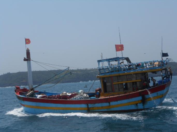 Tàu cá của ngư dân Lý Sơn cập đảo sau chuyến vươn khơi Hoàng Sa.