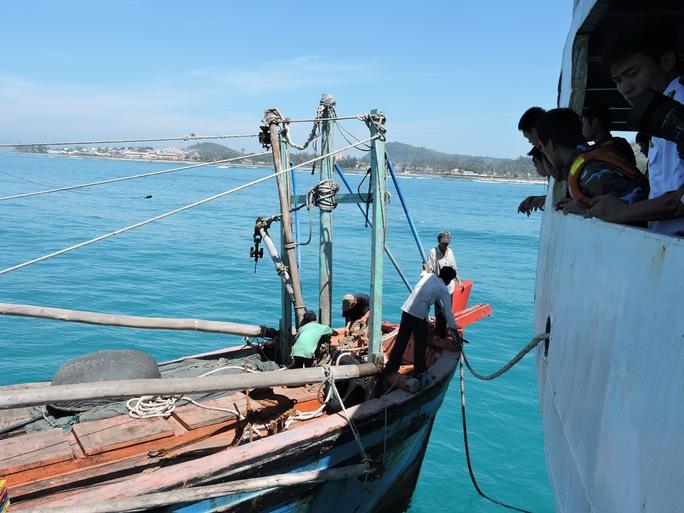 12 ngư dân đã về nhà an toàn sau ba ngày lênh đênh trên biển