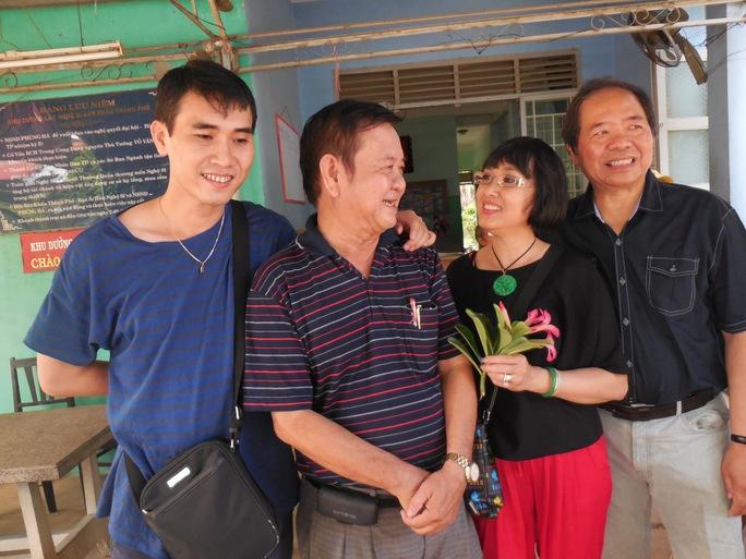 Tiến sĩ Lê Hồng Phước và vợ chồng nghệ sĩ Hà Mỹ Xuân trò chuyện với soạn giả Đức Hiền