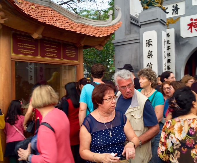 Khách quốc tế tham quan đền Ngọc Sơn (Hà Nội)