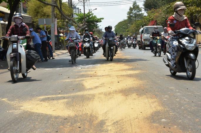 """chiếc xe khách bất ngờ """"nhả nhớt"""" trên đường Nguyễn Thái Sơn khiến nhiều người đi xe máy bị té ngã, may mắn không có ai bị thương."""