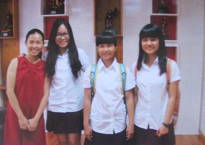 Em P. (thứ 2 từ phải sang) cùng các bạn bè trong ngôi trường mới