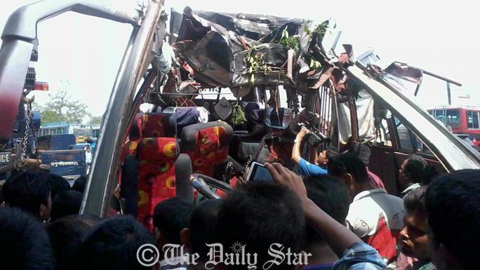 Chiếc xe buýt gặp nạn. Ảnh: Daily Star
