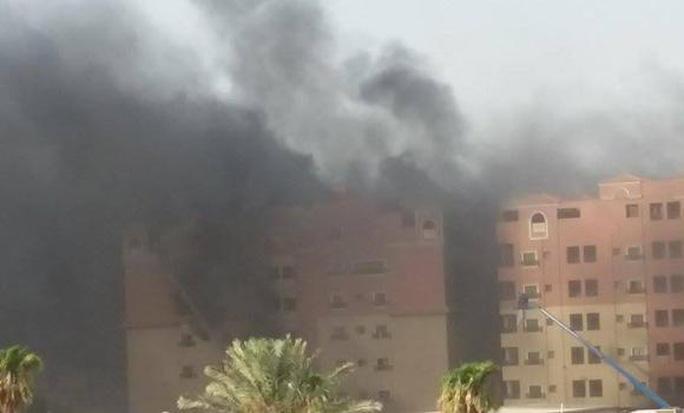 Khói dày đặc bốc ra từ tòa nhà. Ảnh: Arab News