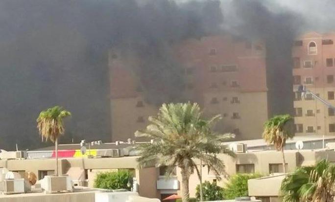 Người dân của các tòa nhà gần đó đã được sơ tán. Ảnh: Arab News