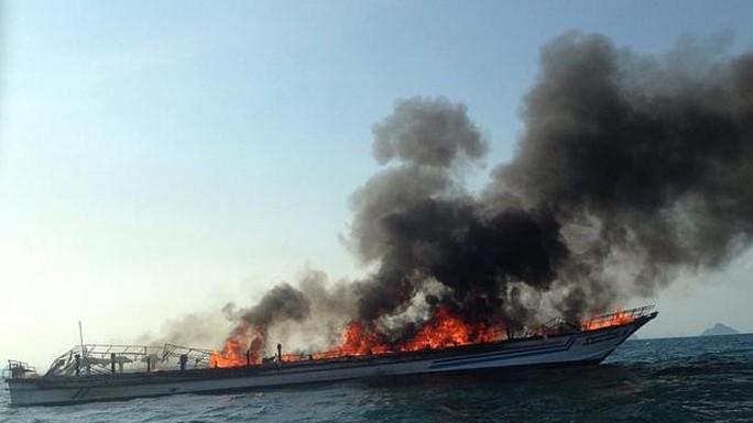 Chiếc phà phát cháy ở Thái Lan. Ảnh: EPA