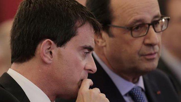 Tổng thống Pháp Francois Hollande (phải) và Thủ tướng Manuel Valls ghi điểm sau vụ thảm sát ở Paris. Ảnh: Reuters