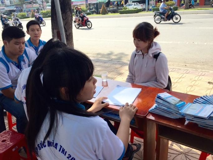Lực lượng tiếp sức mùa thi của Trường ĐH Cần Thơ đã ra quân tư vấn cho TS