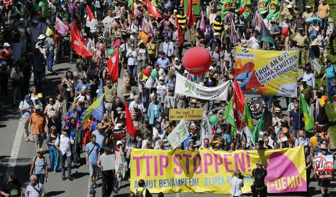 Biểu tình phản đối trước thềm Hội nghị thượng định G7. Ảnh: Reuters