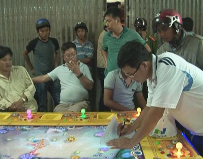 Lập biên bản một tụ điểm bắn cá ăn tiền tại TP Trà Vinh. Ảnh: Lê Khánh