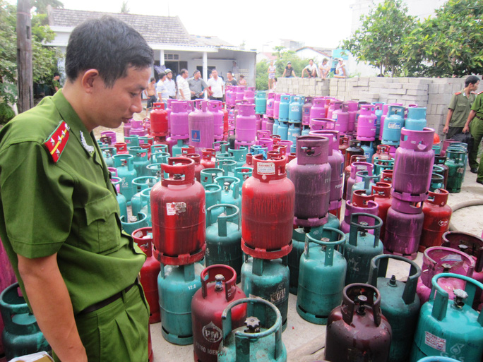 Hàng trăm bình gas chưa sử dụng được di dời ra khỏi hiện trường