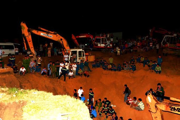 Một vùng rộng hàng trăm mét được đào bới, biến thành thung lũng để tiếp cận được vị trí bé Tú Anh đang mắc kẹt