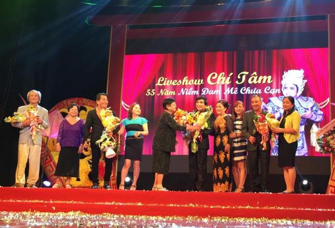 Các chị em trong gia đình 12 thành viên từ Trà Ôn lên TP chúc mừng đêm live show của Chí Tâm