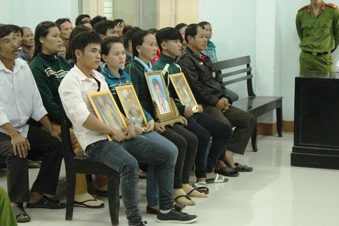 Gia đình đưa di ảnh của nạn nhân và hình ảnh tử thi lên dự tòa