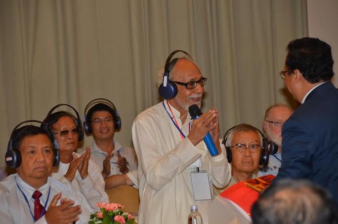 Ông Vũ Xuân Hồng (phải) đón nhận tình cảm từ Chủ tịch Ủy ban Đoàn kết Ấn-Việt Geetesh Sharma. Ảnh: Tấn Thạnh.