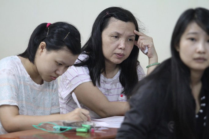 Phụ huynh hồi hộp chờ con tại Trường ĐH Tài chính - MarketingẢnh: Hoàng Triều